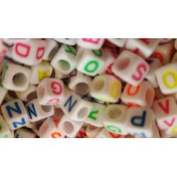 100 Perles Alphabet Blanche Ecriture Mixte Fluo Cube 6mm Lettre Aléatoire MC0106113